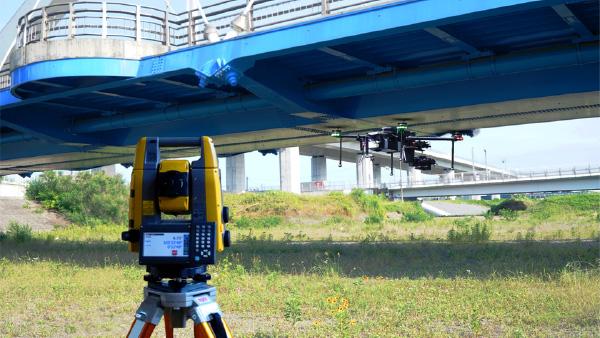 測量機材と連携した非GPS環境下での飛行システム